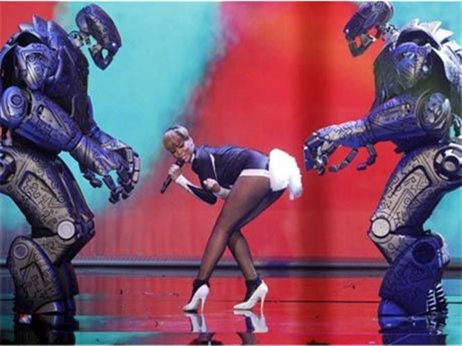 Rihanna'nın robotlarla kucak dansı